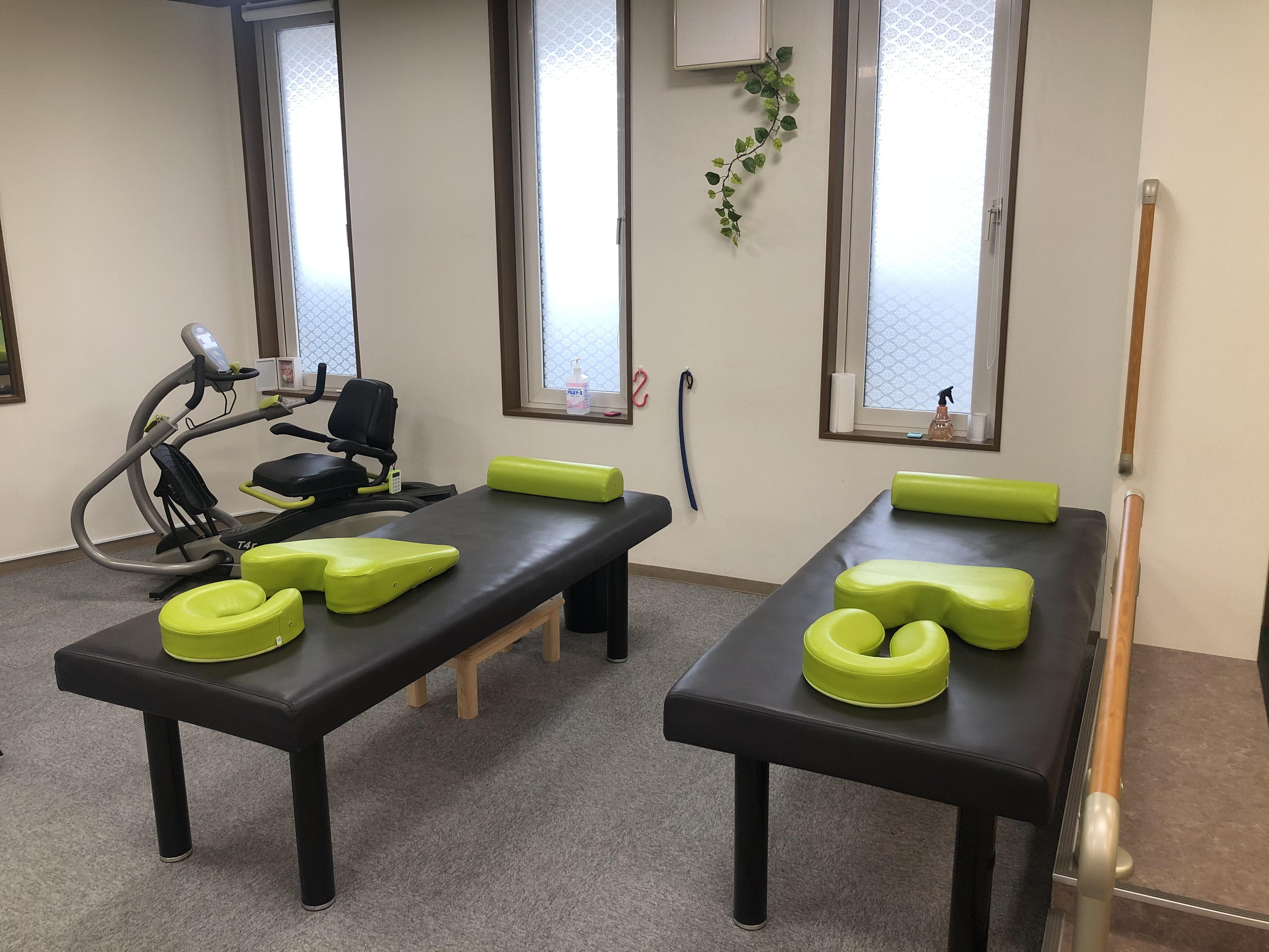 専門職がベットでマッサージや運動療法などを実施しています。