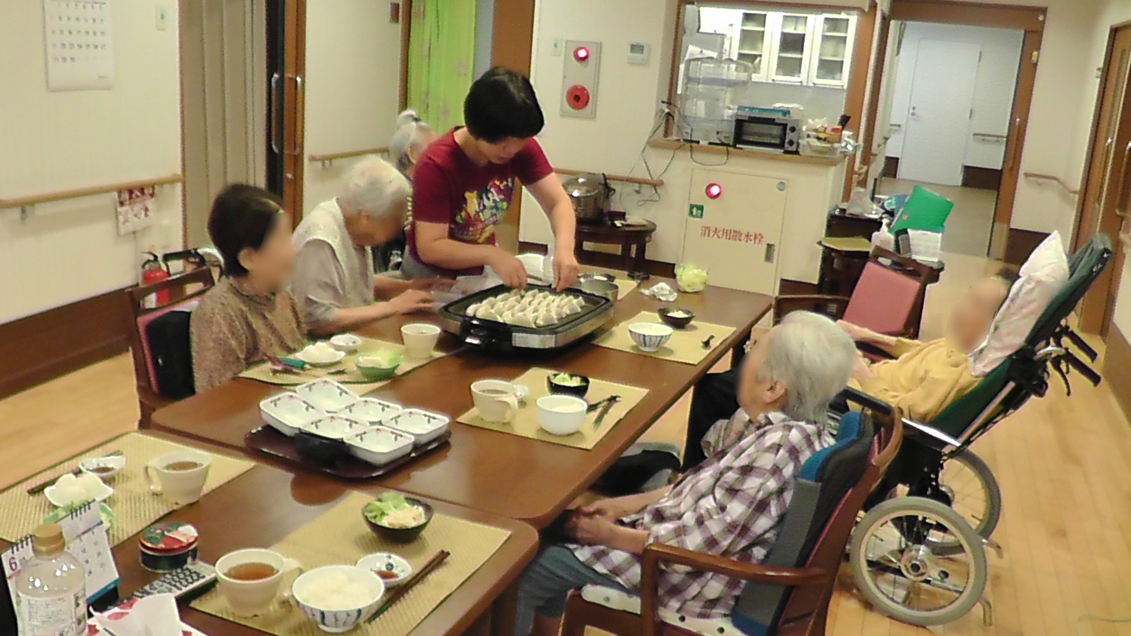 入居者様のリクエストで餃子パーティー。介護職員が中心となって企画します。